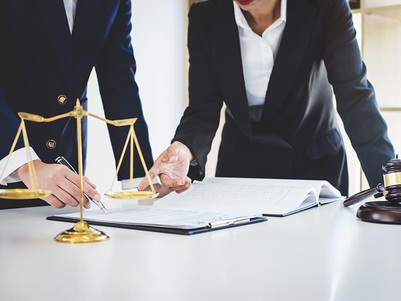 交通事故で弁護士に相談するメリットとは?示談交渉や損害賠償請求の注意点