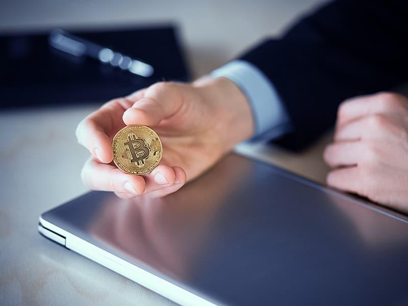 暗号資産ビットコインが2021年高騰し最高値を更新。今後の行方は?